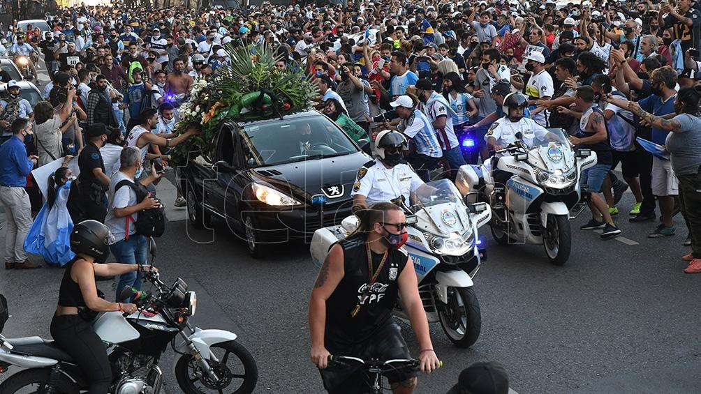 Los restos de Maradona llegaron al cementerio de Bella Vista