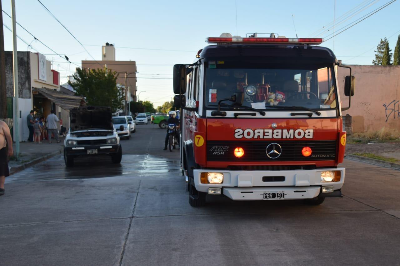 Casi en simultáneo: Principio de incendio en dos automóviles