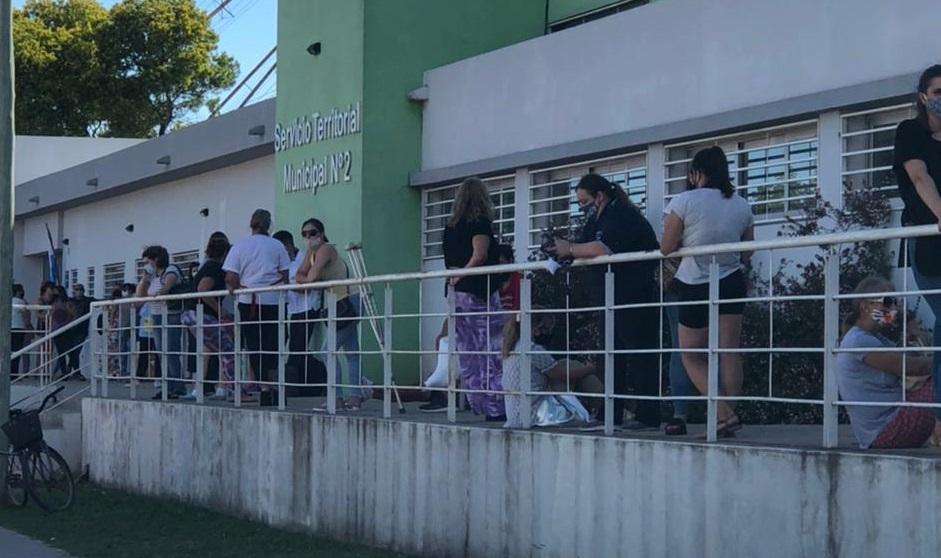 Vacunación: Largas colas y quejas de docentes por las demoras en el Territorial N° 2