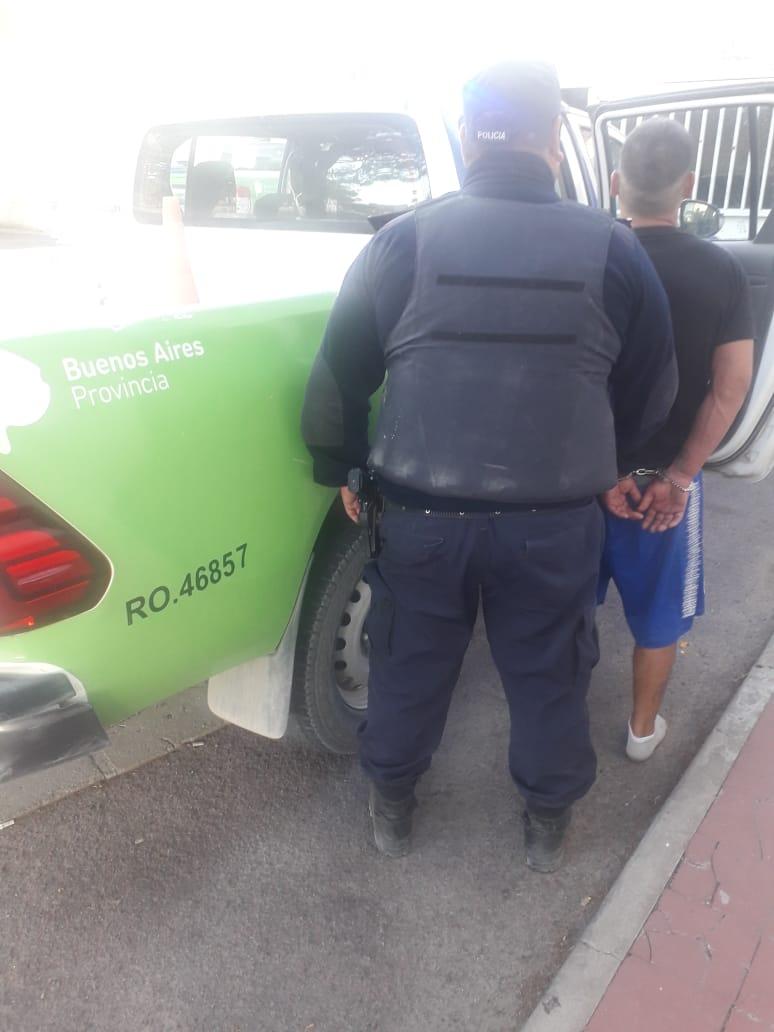 Por tirar piedras a un auto terminó preso